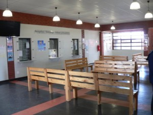 Leeres Wartezimmer, das nur kurz vor Schließung der Klinik ohne Patienten vorzufinden ist.