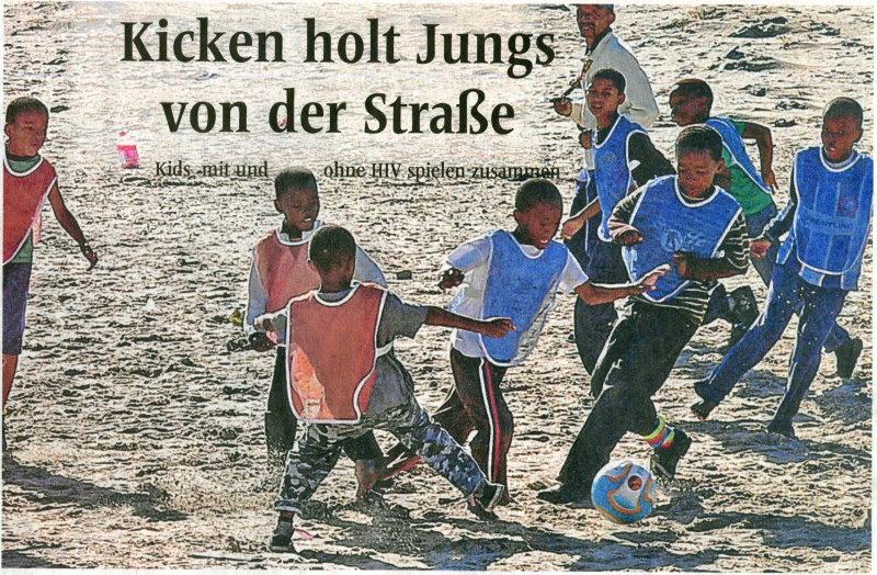 Erol van der Byl( hinten) trainiert den Fußball-Nachwuchs der Townships - und leistet nebenbei auch Aufklärungsarbeit in Sachen AIDS